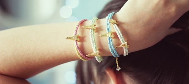 mood-girl-hand-bracelets-trinkets-eiffel-tower-photo-wallpaper-1680x1050